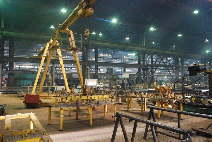 Рабочие цеха завода